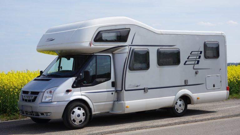 un camping-car sur la route des vacances